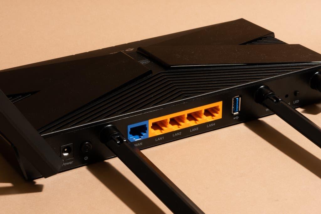 Vista de los puertos azul y naranja en la parte posterior del TP-Link Archer AX50, nuestra elección para el mejor enrutador Wi-Fi.