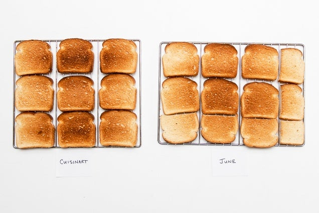 Muchos trozos de pan, uno horneado en la cocina y otro horneado en el horno de junio, muestran un dorado desigual.
