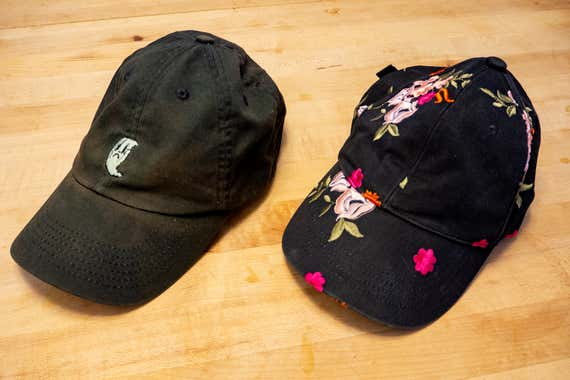 Dos gorras de béisbol limpias una al lado de la otra.