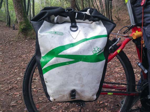 La maleta Ortlieb Back-Roller High Visibility, que se muestra adjunta a la parte trasera de una bicicleta.