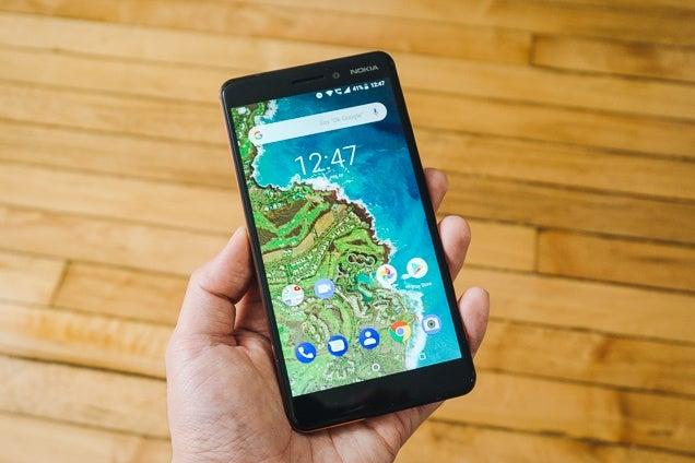 el Nokia 6.1, nuestra elección para el mejor teléfono Android económico, en la mano de una persona