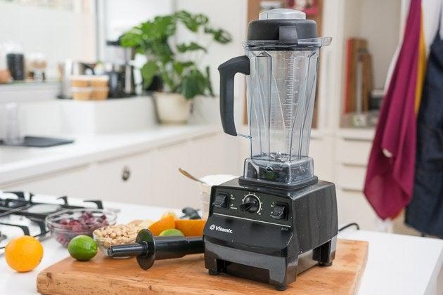 Licuadora Vitamix 5200 sentada sobre una encimera de madera en la cocina